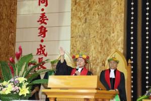 林梅蘭牧師在封牧禮感恩拜祝禱(攝影 蔡愛香)