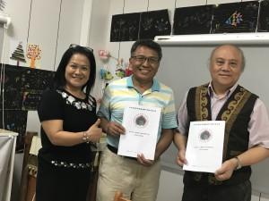由右至左議長陳永明牧師、小米園網站工作室賴約翰、總幹事樂歌安牧師