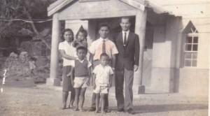★高俊明牧師與牧會於楓林教會的賴光雄牧師家人教會前留影。攝於50年代中期。