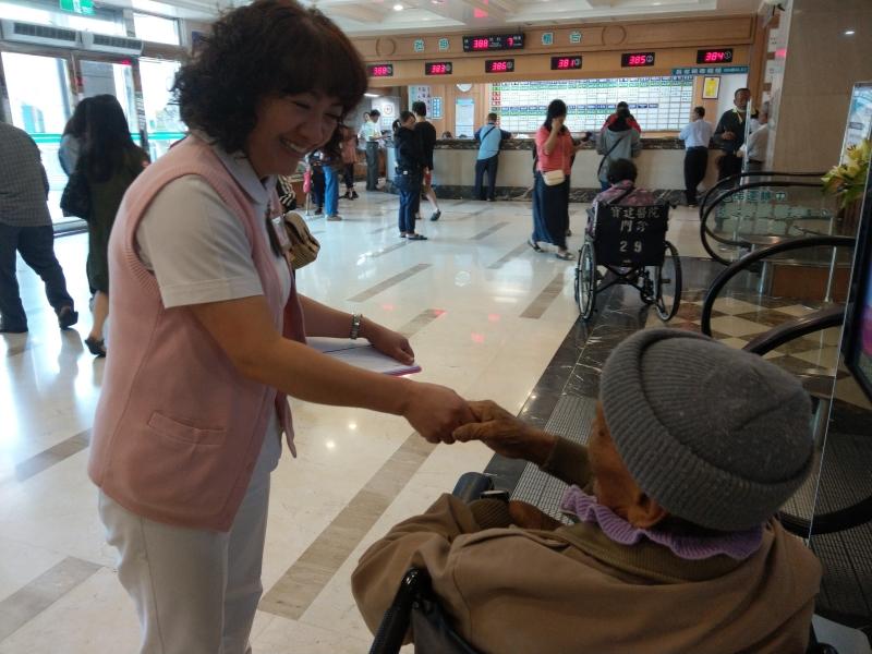 ★寶建醫院督導陳麗霞,巧遇門診的退休牧師賴光雄~噓寒問暖,親切溫馨。