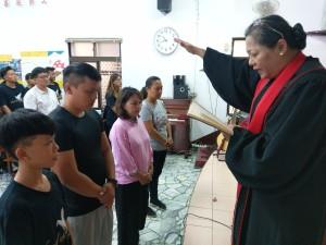 ★佳崇教會四位在復活節受洗禮,表明從聖靈得重生而與基督連結在一起。