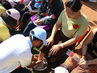 ◆傅梅珠牧師回憶2008年在南榮國中校園操場廣眾下傅梅珠牧師(右二)受兒子「洗腳禮」《攝影/賴約翰》2008/5/09