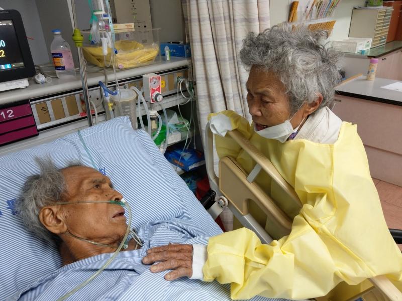 ★伉儷情深的賴光雄牧師夫婦師母在加護病房。為不能言語的夫心語、唱夫喜愛的詩歌、禱告。1080503