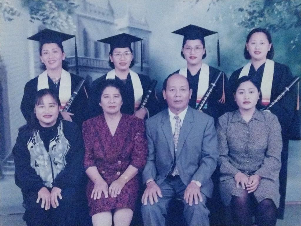 傅信德有六女,後排四位為玉山神學院畢業,左起為傅花香,傅梅花、傅梅珠、傅梅娟。【翻攝自傅家資料照】