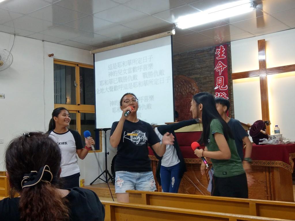 傅梅娟傳道師長女在和平教會指導讚美敬拜