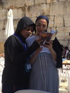 ◆放膽地尋求,感謝這位以色列的姐妹(右);領我讀10分多鐘的希伯來語聖經。