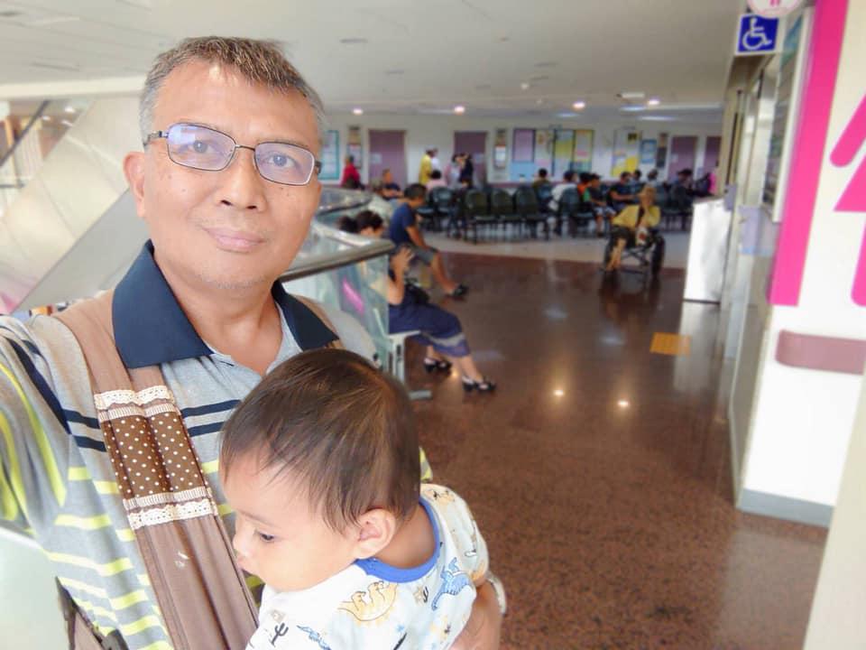 ◆父親和母親傅梅珠牧師帶外甥(大妹二兒子白允泰)到屏東基督教醫院小兒科看病。影像取自賴約翰臉書