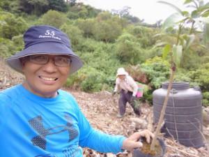 ◆於家(比悠瑪部落)後院山坡補種於台南玉井購買的愛文芒果苗。2019/10/4