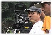 ◆近二十年前榮獲威尼斯影展獎項影片「夢幻部落」大導演鄭文堂先生(白衣者),在比悠瑪部落拍攝電影「風中的小米田」●攝影/賴約翰