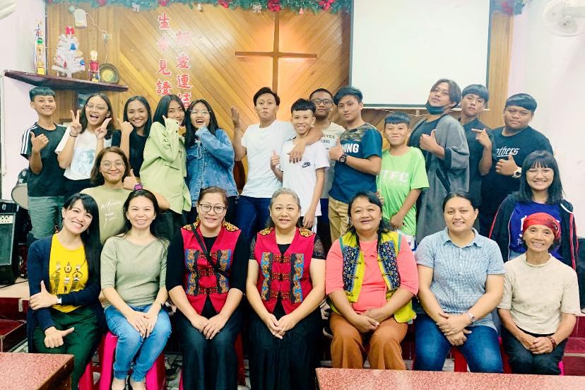 和平與佳崇教會青少與傅梅娟牧師及傅梅珠牧師兩位青少輔導合影