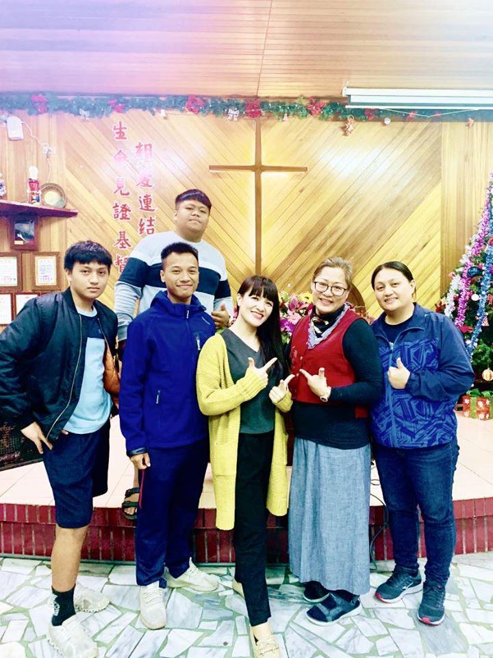 ◆祈禱會並慶生散會後,傅梅珠牧師(前右二)與會長邱春香執事(前右一)與張秀玉執事(前中)及三位青年留影。攝影/賴約翰 2019/12/25