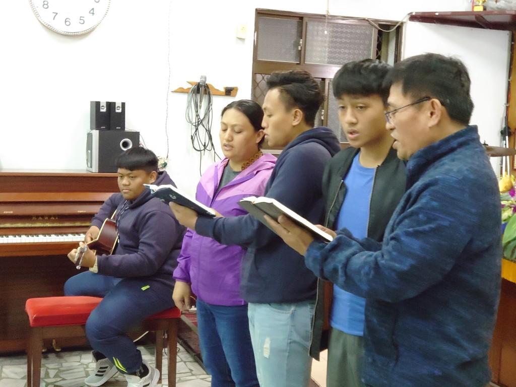 ◆每年跨年禮拜,伍恩賜執事邱春香執事夫婦與兒子們必自主感恩獻詩,令人感動。
