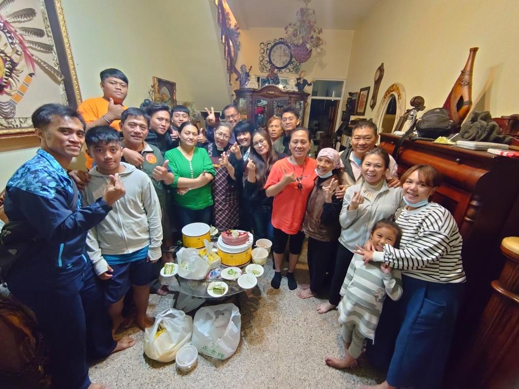 ★佳崇教會弟兄姊妹於傅梅珠牧師潮州家協助整理與慶生會後留影。