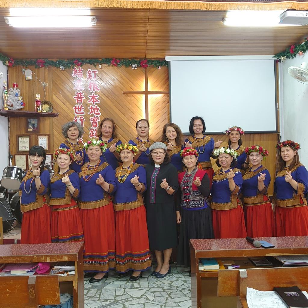 ◆排灣中會婦女部顧問林玉美長老與佳崇教會牧師傅梅珠及婦女團契合影