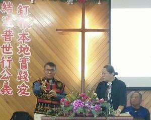 主日禮拜師丈賴約翰華語講道,牧師傅梅珠翻譯母語。【攝影/伍恩賜執事】