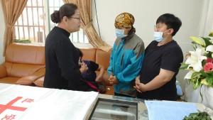 ◆傅梅珠牧師代表佳崇教會慰問師母與女兒並贈教會慰金