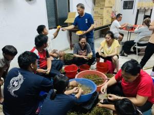 ◆晚間在佳崇教會處理與煮破布子,曾伍芳長老即時po文臉書,得熱烈搶購。