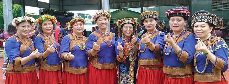 ◆佳崇教會牧師傅梅珠(左一)與長執參聯歡舞