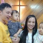 12-4.從台北返七佳部落的王弟兄夫婦與雙胞胎參與主日禮拜