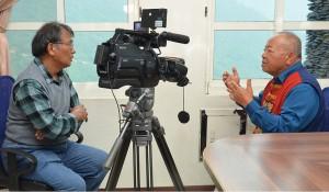 ◆賴約翰採訪達瓦達旺長老教會傳統民謠指揮王和家老師,王老師說:「藉著指導指揮民謠詩歌,改變嗜酒的我而受洗成為基督徒。」2020/10/25 攝影:賴天才