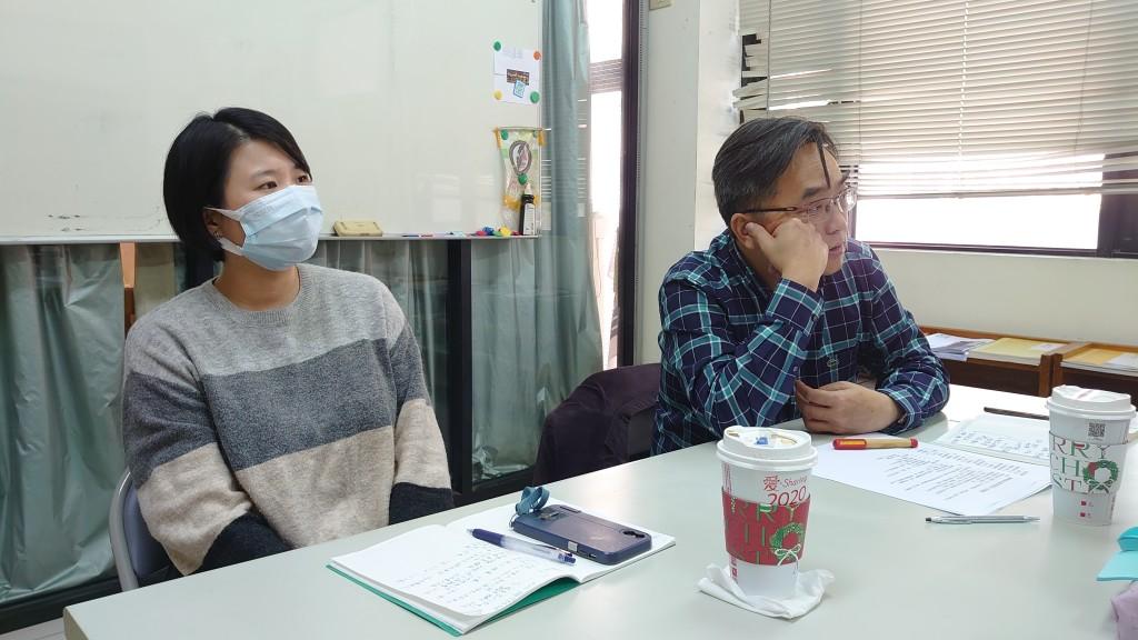 ◆董事長方嵐亭牧師(右)主持建置官網討論會議。2020/12/7 攝影:賴約翰