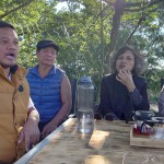 3-2.戴瑋爵(左1)先生向我們介紹家族企業