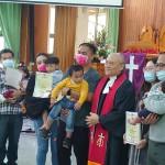 7-7行施受洗後比悠瑪教會小會議長陳永明牧師與三對夫妻受洗之子合影