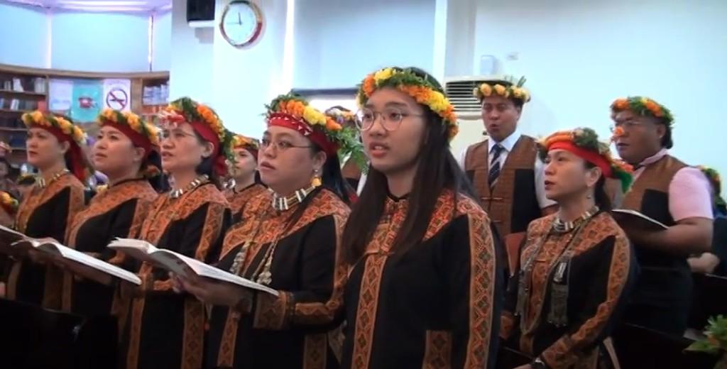 ◆左三為扶路客牧師師母許惠珍,左五為長女賴啟源,國立台南大學音樂系學生,台南大學年度上學期音樂獨唱比賽榮獲第一名。‧影像/影像擷取自影片