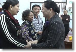 傅梅珠傳道向回到主懷抱的三位握手歡迎