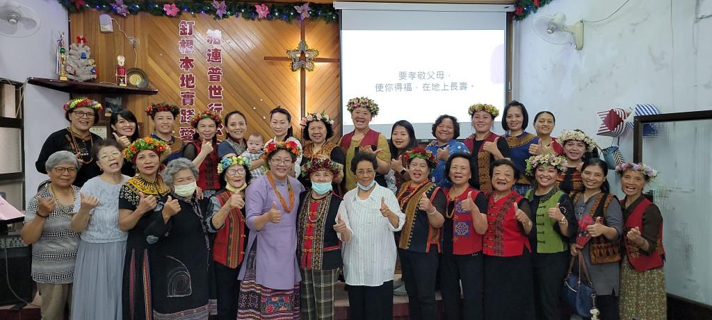 ◆慶祝母親節感恩禮拜與受禮後全體婦女與牧師傅梅珠合影 攝影/賴約翰 2021/5/9(日)
