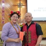 41-30.代議長老莊清吉代表教會致贈傅梅珠牧師及賴高玉梅師母母親節賀禮