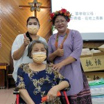 41-39.教會致贈禮金歸崇大頭目張英美姊妹及印尼看護員後與傅梅珠牧師留影