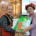 41-41.傅梅珠牧師代表教會贈禮白德明牧師