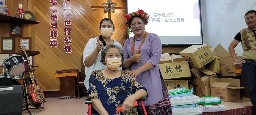 ◆2020年佳崇長老教會慶祝聖誕節,教會致贈禮金歸崇大頭目張英美姊妹及印尼看護員後與傅梅珠牧師留影。 ‧攝影/賴約翰 2020/12/22(日)