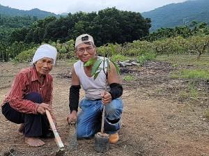 ◆自從家父(賴光雄牧師)兩年前蒙主恩召後,開始自主學習務農,85歲的媽媽是我務農的教授。 攝影/白洛威(女婿) 2021/7/28