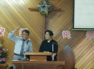 為了我能盡意表達信息,以及母語達意,我講華語,牧師傅梅珠翻排灣語。