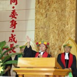 3-1.林梅蘭牧師在封牧禮感恩拜祝禱(攝影  蔡愛香)